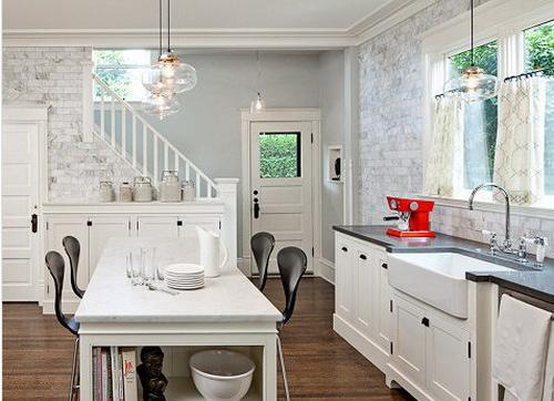 把餐桌和厨具的空间拉近一些再拉近一些,让它融入在厨房间里。小小的空间却有大大的功用,甚至在餐桌的侧面也是你大大的储物柜。