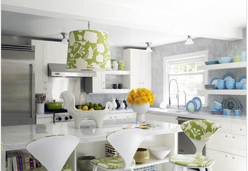 这可是一间收纳性超强的厨餐厅。餐桌下面的空间也是你收纳的好帮手。而白色搭配绿色、蓝色显得水果而清新。
