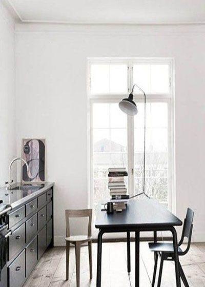"""""""民以食为天"""",进餐的重要性不言而喻。若是小户型,空间有限。何不进行功能性的改造。最常见的手段有两种:1客厅餐厅一体、2餐厅书房一体。当然当餐厅与书房一体时一定要切记保持空间干燥清爽。例如饭厅的地板铺面材料,使用地毯较易沾染油腻污物,而使用瓷砖、木板或大理石则较易清理。餐桌也要选择易清洁的。整体餐厅设计也不可太过于轻浮,配合书房的功能,以稳重低调为好。"""