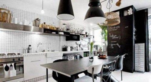 若空间足够大,开放式厨房是很个性的选择哦~在家具装饰以及摆置上,能更添其大气。例如黑色大理石橱柜、银灰色灶台、木质的架子,从材质到色泽上均能体现出空间的别样大气与尊贵。且搭配完美,追求品质。