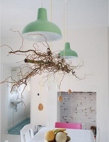 """看过这么具有独特的吊灯吗. 这是伊凡娜的""""纯树枝""""吊灯作品。来自宜家的绿色吊灯,再配上一小捆树枝,体现出了""""环保绿色""""的生活理念。"""