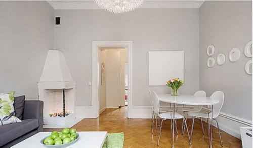 餐桌、餐椅的设计可真是简洁,白色的外观感觉很整洁。上面的郁金香娇艳地开放。墙上的装饰镜子很有特色,七七八八地放置也很有美感。还有一个完全白色的装饰画,很有个性哦!