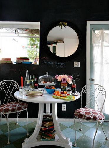 与厨房相邻的是餐厅,由于面积有限,因此选用了类似茶几式的圆形小餐桌。四口之家在此享用美食虽不那么宽敞,但满满当当的餐桌也会让每个人都觉得更加温情,充满了生活气息。