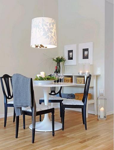 小编很喜欢他们家餐厅的设计,天花板上的吊灯漂亮而有设计感,餐桌餐椅的设计也是如此简约而精致,在餐椅上加上一个素雅的垫子,显得如此美丽,旁边的收纳边桌和墙上的装饰画,都太漂亮了。