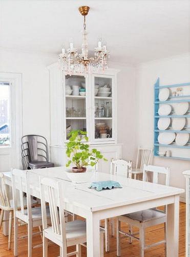 对于小户型来说,纯净而简约的餐厅风格是个不错的选择,可以让餐厅显得更加明亮宽阔。透明的玻璃储物柜则增加纯净简约的效果。