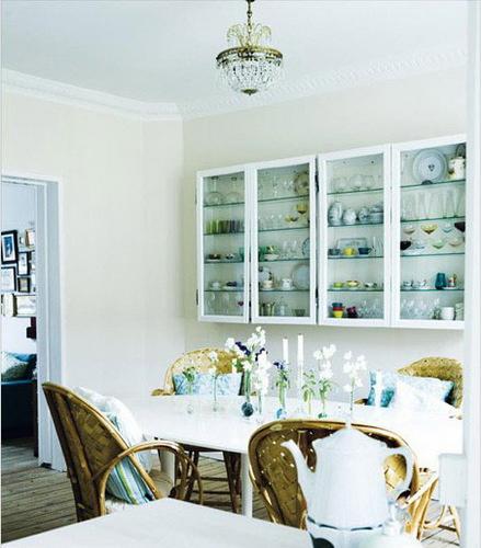 藤木的餐椅和餐桌上满满的花束、烛台都显示出了主人是个浪漫而有情调的人,过于呆板的家具显然不适合这个餐厅,这个玻璃面餐厅壁挂式储物柜则别有新意。