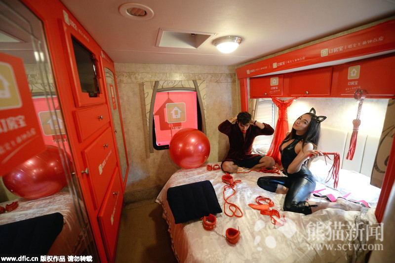 2015年11月17日,北京市民们登车体验装修各有特色的钟点房车。当日,望京soho广场上停放了三辆装修奇特的豪华房车,几名外国模特在房车周边四处拉拢过往行人上车参观体验,此举吸引了不少行人和附近写字楼里的工作人员围观。据了解,这些洋模特受雇于一家位于望京soho的创业公司订房宝,为推广其钟点房预定服务,特别推出了房车嘉年华活动,让人们体验钟点房车休息服务。