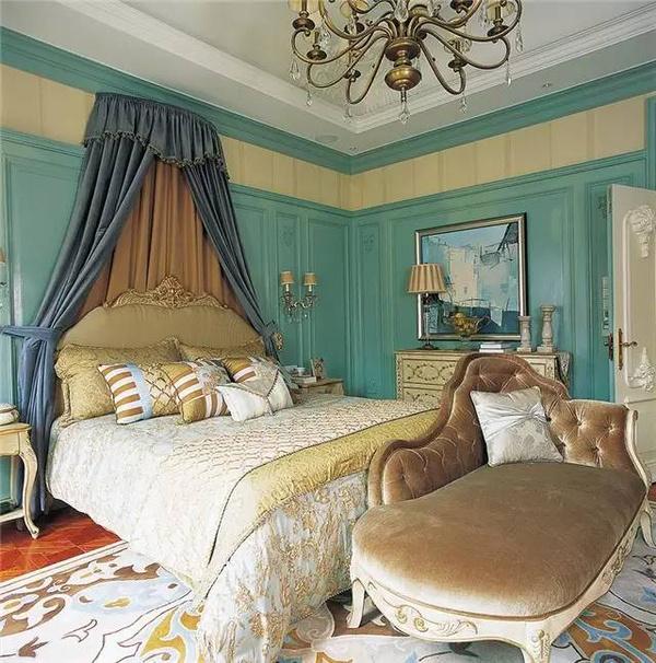 都用灰蓝色雕花护墙板覆盖,与精巧的象牙白雕花边柜,床头柜搭配,淡蓝