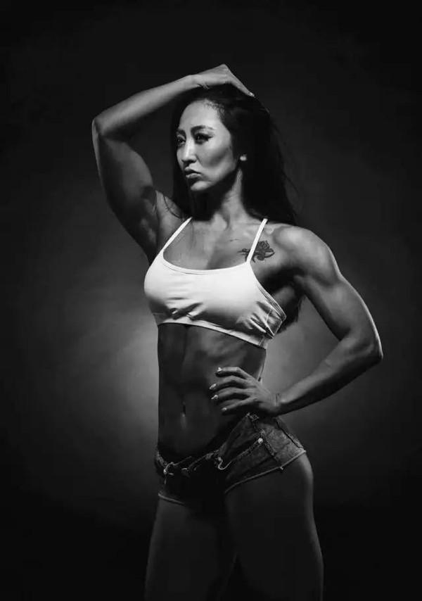 19岁开始接触健身,常规训练半年后,获得全国健身与形体双冠军,牟丛