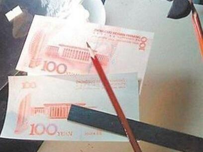 用手绘画出的人民币成为了假钞!
