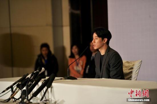 2月14日,下午2点,房祖名在北京召开媒体见面会,就涉毒事件向公众道歉。中新网记者 金硕摄