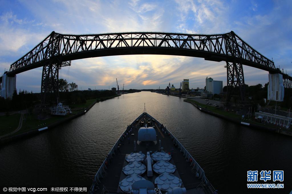 当地时间2015年11月18日下午,济南舰进入加通船闸第一级船闸