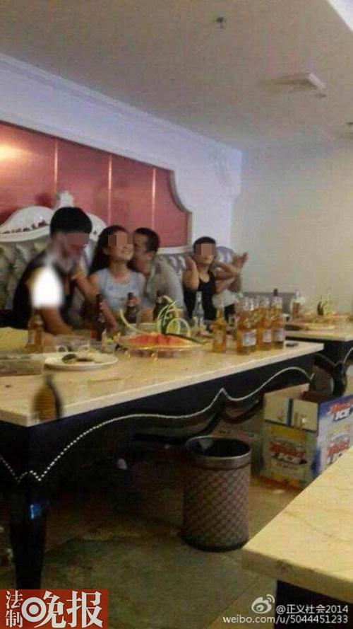 网曝福建法官亲吻陪酒女 官方:确为其本人