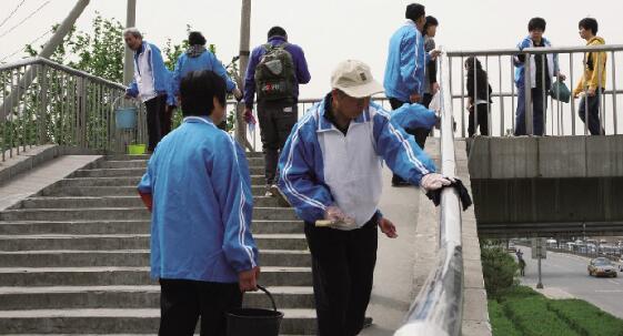 市民劝导队员清洁过街天桥