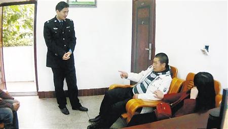 李某向民警诉说步行进程 大足警方供图