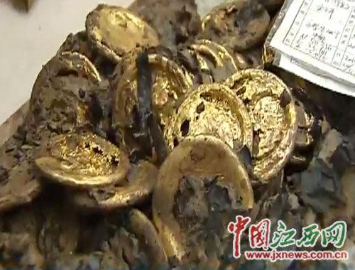 主椁室提取出一盒60枚装的金饼。