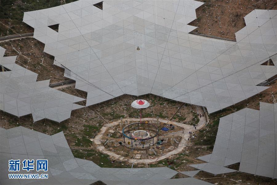 11月21日,6根钢索拖动球面射电望远镜(FAST)馈源舱进行功能性测试。新华社记者 金立旺
