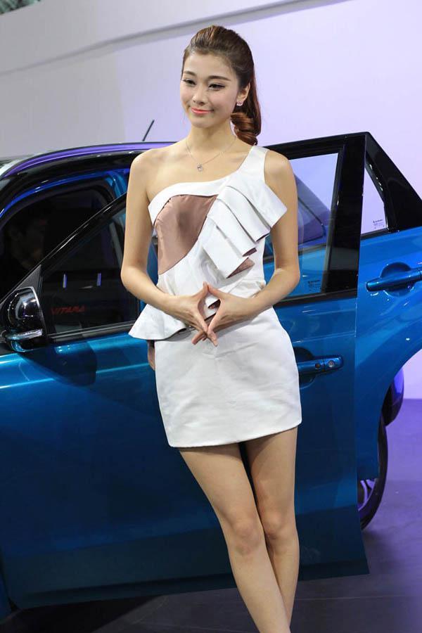 拼的是身材与颜值 广州车展模特花絮汇总