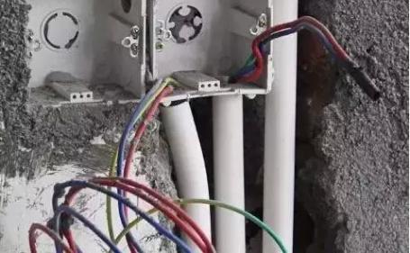电工在安装插座,开关和灯具时,如果不按照施工要求接线,除了会导致