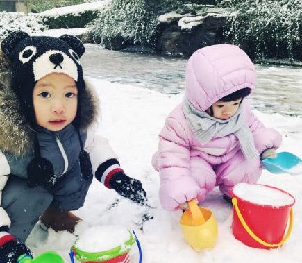 姚晨儿子玩雪