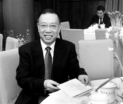 黄洁夫,中国著名的肝胆外科专家,曾任中央保健委员会副主任和卫生部副部长,现任全国政协常委、教科文卫体委员会副主任、国家器官捐献与移植委员会主任委员、中国器官移植发展基金会理事长、中国医院协会会长。