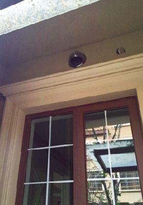别墅曝奇葩质量问题:业主停好车要从天窗爬出