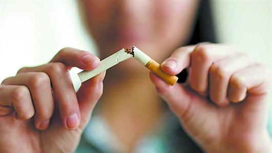 在戒烟方面,公务员应该起到表率作用。 资料图片