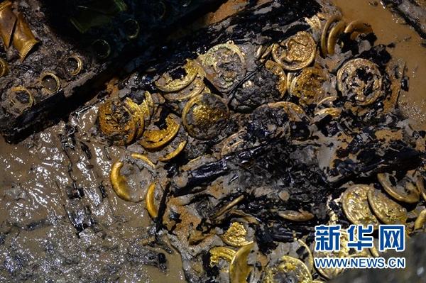 这是海昏侯墓发掘现场出土的金饼(11月17日摄)。新华社记者 万象