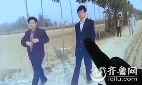 在人群中,王枫发现了镇上的包村干部和村委人员,遗憾的是,他们并没有制止村民哄抢的行为。(视频截图)