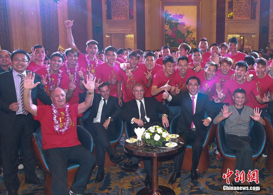 2015年11月21日,2015亚冠决赛次回合,广州恒大1-0迪拜阿赫利,赛后举行庆功晚宴。许家印与马云一起出席庆功宴,和球员教练员一起举杯共饮香槟。 视觉中国