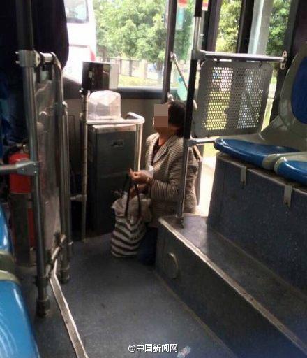 老人带活鸡上公交遭拒后下跪哀求:走累了 不认路
