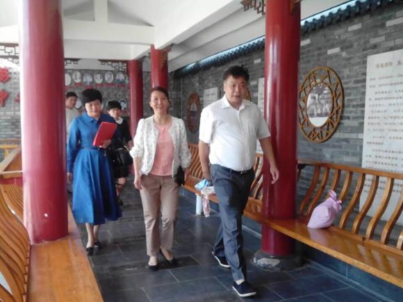 赵孑兑生慰问中华小学教职员工。来源:桂林秀峰教育网