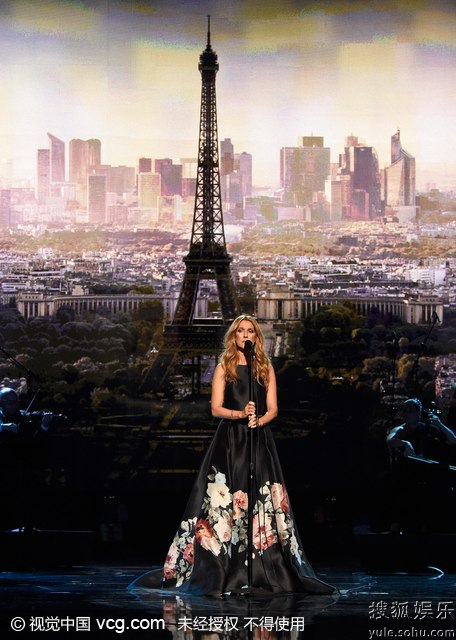 席琳迪翁为巴黎祈福(点击观看高清组图)