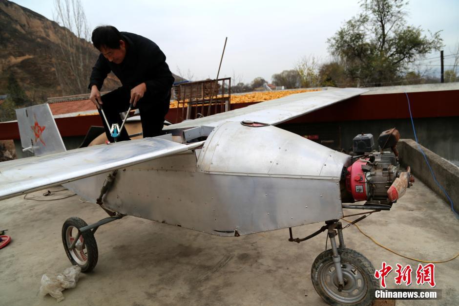 甘肃平凉一村民花2.8万元造飞机(图)