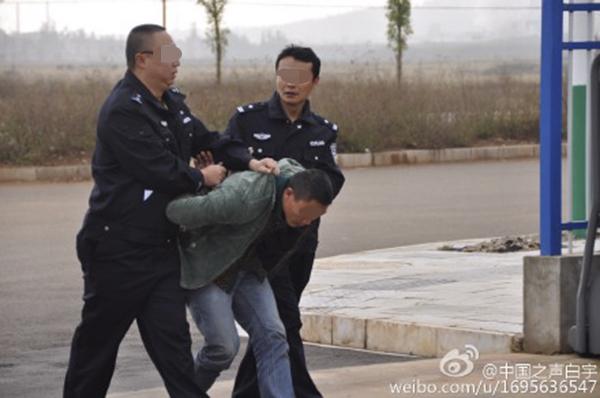 2015年11月23日清晨6时50分,石林县紫处村,两名犯法怀疑人被捕。
