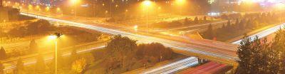 11月15日18时三元桥桥区全线通车,行驶的车灯在延时曝光下聚点成线。