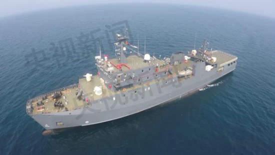 《简氏》的报道称,中国陆军很早以前就成立了船艇部队,装备有大量中型登陆舰、平底登陆艇和巡逻艇,以之作为对海军舰艇的补充。报道猜测,新下水的舰船很可能担负两栖登陆和布雷任务,而这二者正是中国在东海和南海岛礁作战中所需的作战模式。原文配图:陆军新型综合保障船在海南三沙入役。