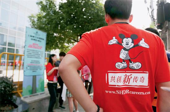 2015年10月24日,上海,迪士尼招聘会现场,应聘者云集。IC