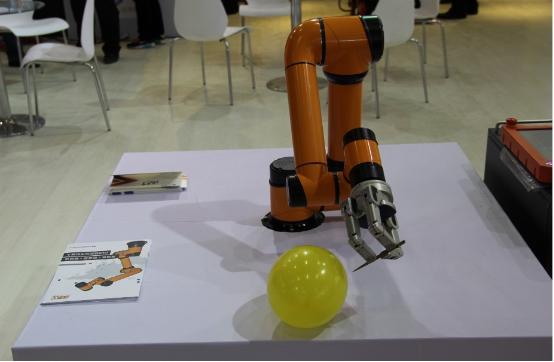 (org轻型协作机械手臂)   (货物搬运机械手)   (er3a-c60机器人书法展示)   (智能识别机器人在绘画)   (自动冲泡咖啡的机械手臂)   (表演机器人,机器人的手可以准确做到娜放盾牌)