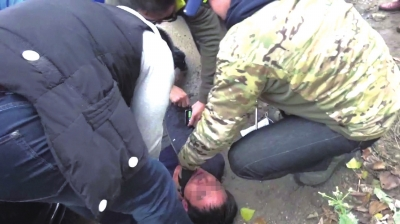 侦查员将犯罪嫌疑人抓获。警方供图