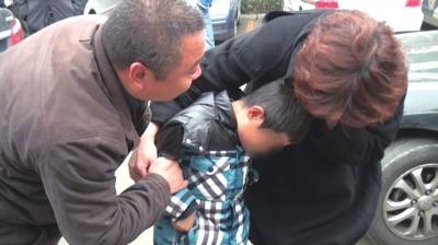 小明与妈妈团聚。警方供图