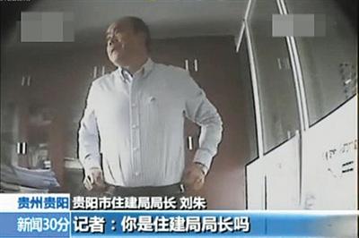面临记者采访,刘朱称本人不是局长。 视频截图