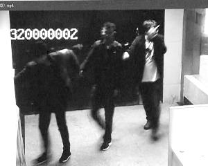 中心一报酬劫匪,两名小伙抓着他送往派出所