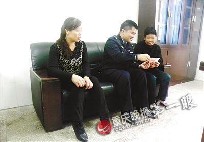 民警教朱老太(右一)识别新版百元钞票