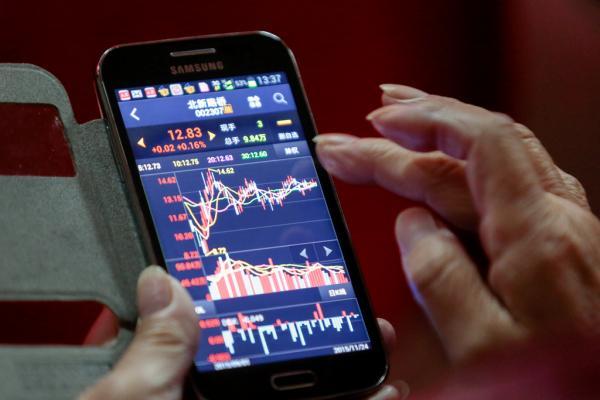 2015年11月24日,上海某证券营业部,股民在用手机看股市行情。 澎湃新闻记者 朱伟辉 图
