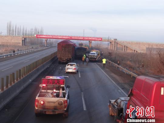 新疆吐乌大高速公路7车追尾致2人死亡
