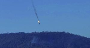 俄罗斯一架苏-24战斗机24日在土耳其和叙利亚边境叙利亚一侧坠毁(如图)。土耳其方面称,这架战机因侵犯该国领空遭土耳其军方派出的F-16战机击落。但上述说法遭俄方否认。俄罗斯方面表示,这架战机当天全程未离开过叙利亚领空,并且是遭地面火力攻击,而非被F-16战机击落。