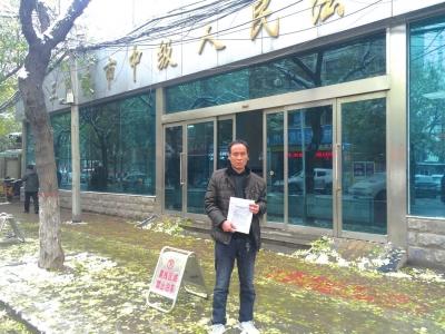 昨日上午,高炎龙再次来到三门峡市中院信访大厅反应成绩。京华时报记者怀若谷摄