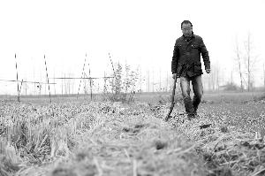 在田间忙碌的金辉。7年前,从来没有下过地的他,接手了父亲承包的农田