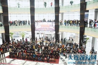 展览开幕式还没开始,现场就聚集了不少观众。